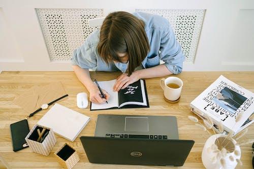 Δωρεάν στοκ φωτογραφιών με freelancer, laptop, απασχολημένος, γραφείο
