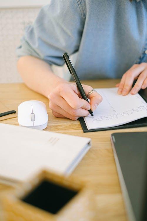 アダルト, インドア, オフィスワーク, テーブルの無料の写真素材