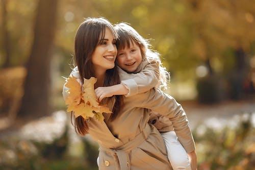 açık hava, akçaağaç yaprakları, alımlı, anne içeren Ücretsiz stok fotoğraf