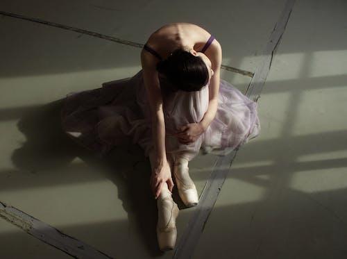 Danseur De Ballet Gracieux Méconnaissable Reposant Sur Le Sol