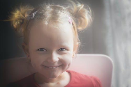 Gratis stockfoto met glimlach, kleuter, lach