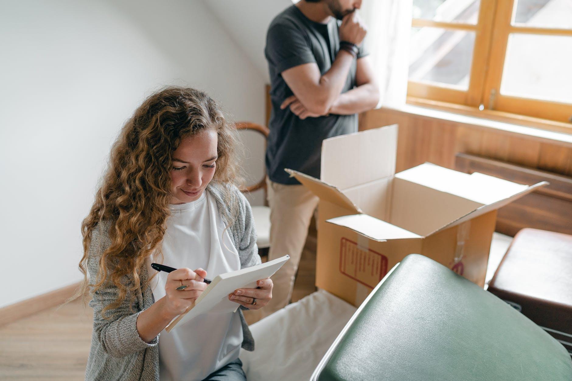 Gente empacando para mudarse