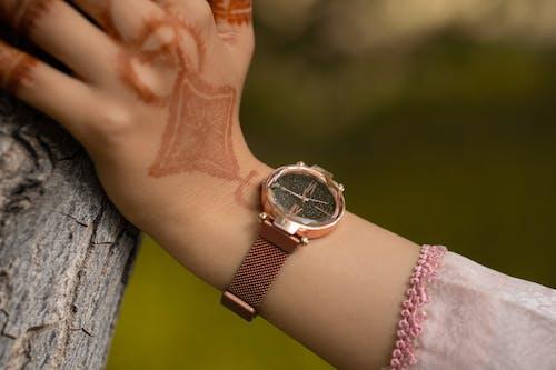 Ảnh lưu trữ miễn phí về backgound mờ, Đồng hồ analog, đồng hồ đeo tay, đồng hồ vàng
