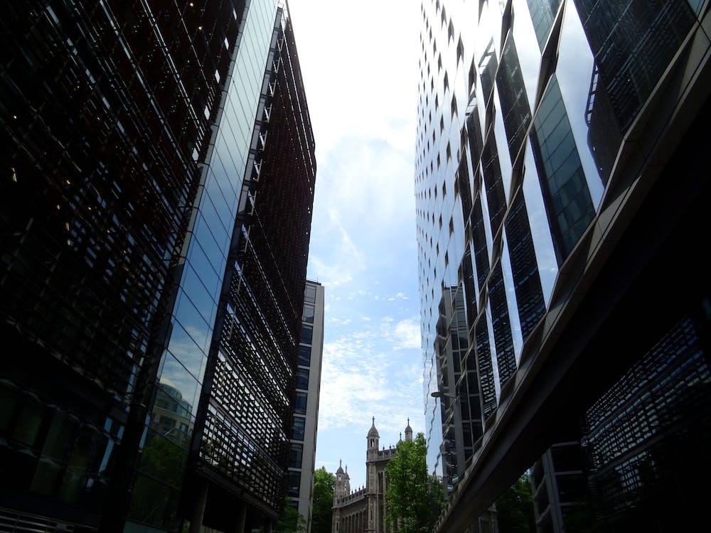 กระจก, การออกแบบสถาปัตยกรรม, ตัวเมือง