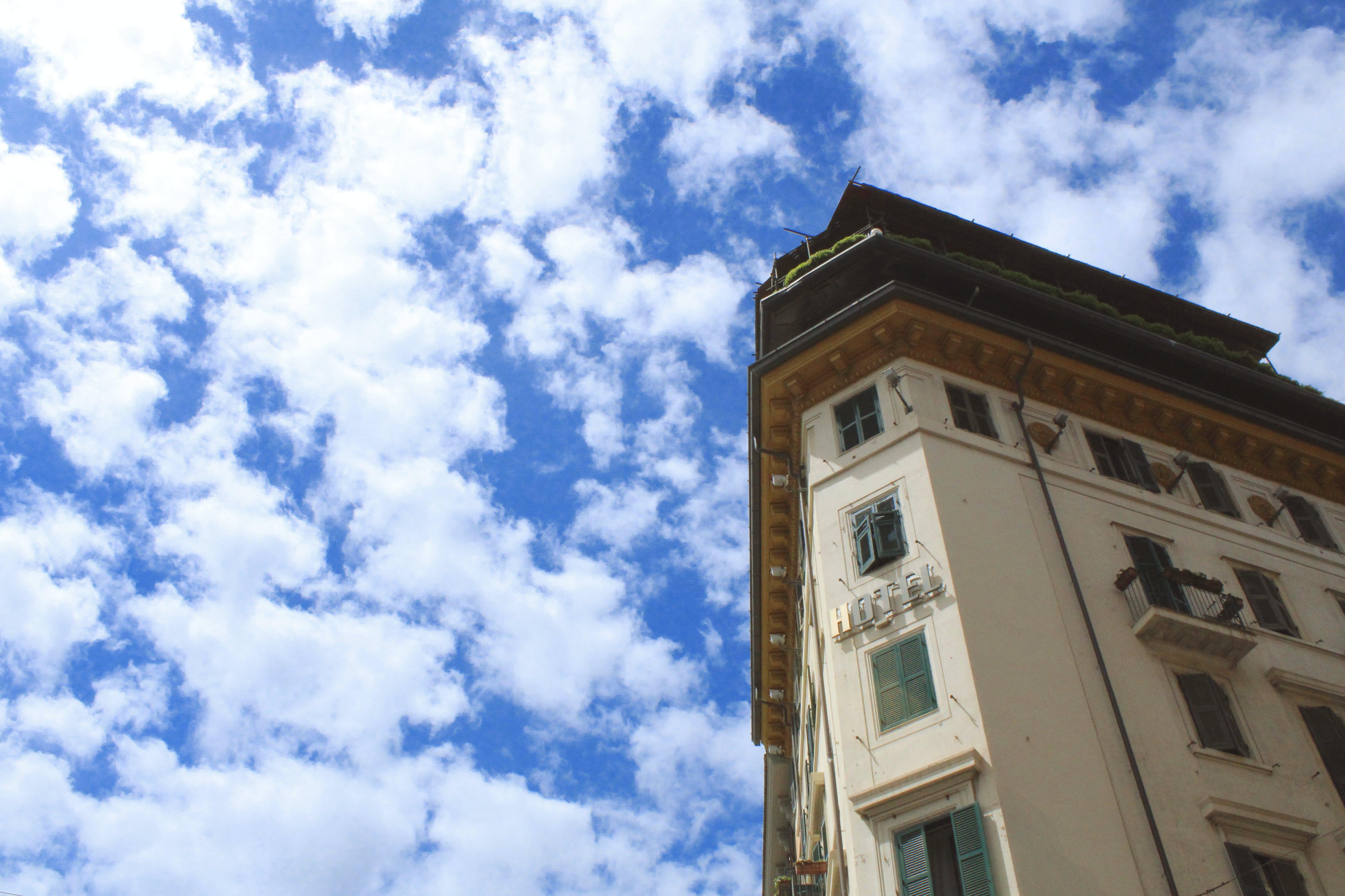 Základová fotografie zdarma na téma architektura, budova, hotel, mraky