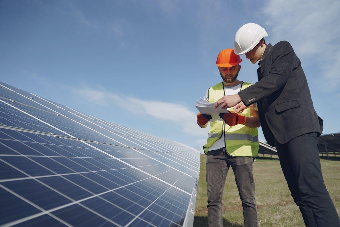 Kostenloses Stock Foto zu alternative energie, arbeiten, bauarbeiter