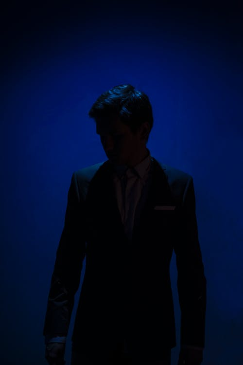 Základová fotografie zdarma na téma modrá, muž v noci, muž v obleku, oblek