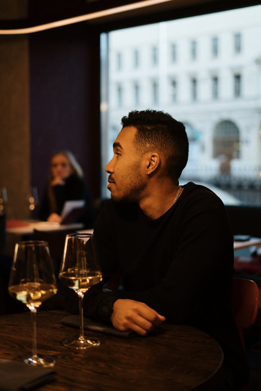 Two friends sat a bar | Photo: Pexels