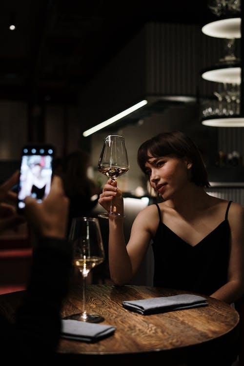 Foto d'estoc gratuïta de assegut, atractiu, bar, bar cafeteria