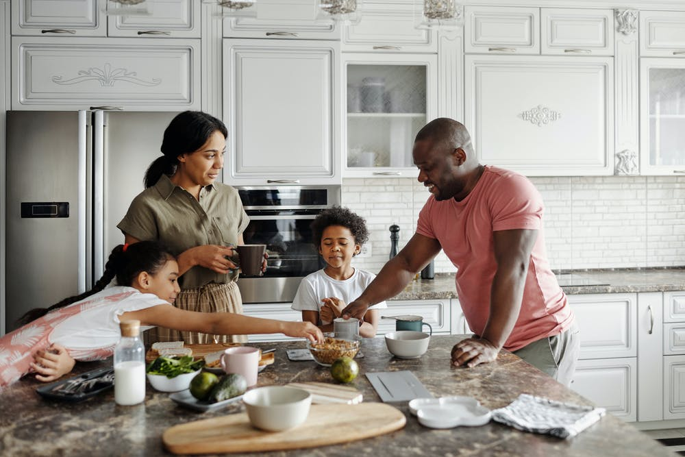 Family making breakfast in the kitchen. | Photo: Pexels