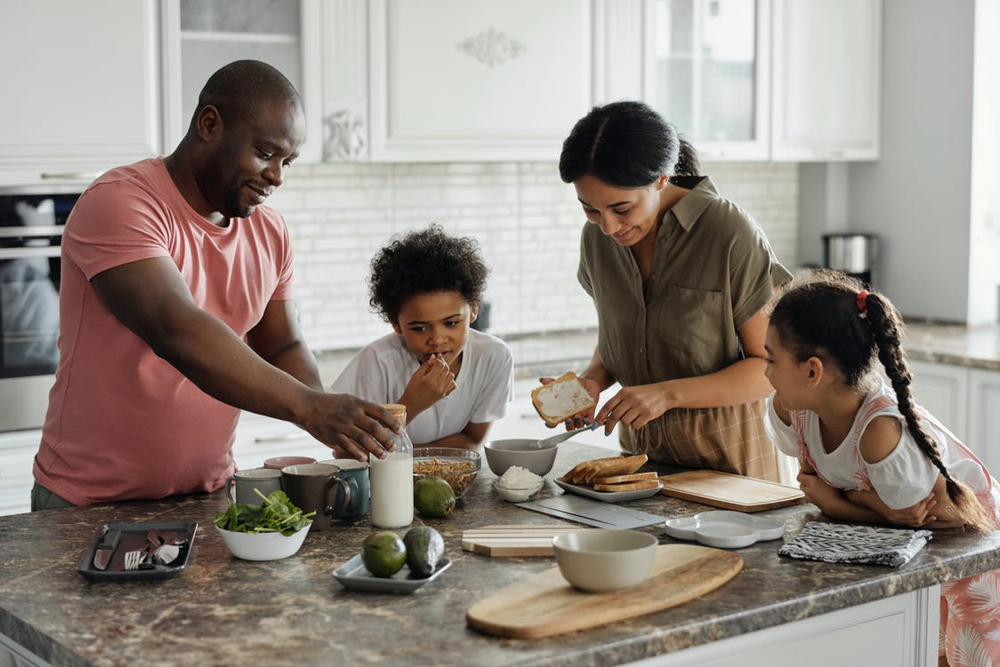 家庭在廚房裡做早餐
