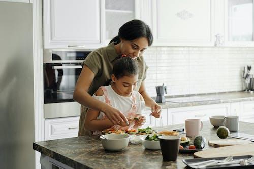 Madre E Hija Preparando Tostadas De Aguacate