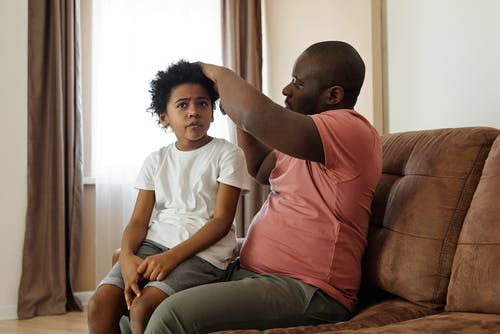 Ayah Menyikat Rambut Putranya