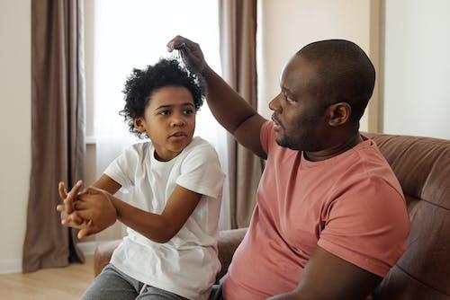Pai Escovando O Cabelo Do Filho