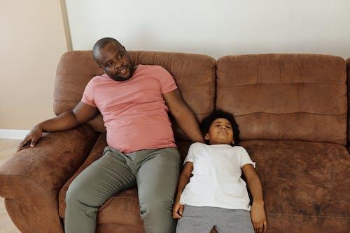Ayah Dan Anak Bersantai Di Sofa