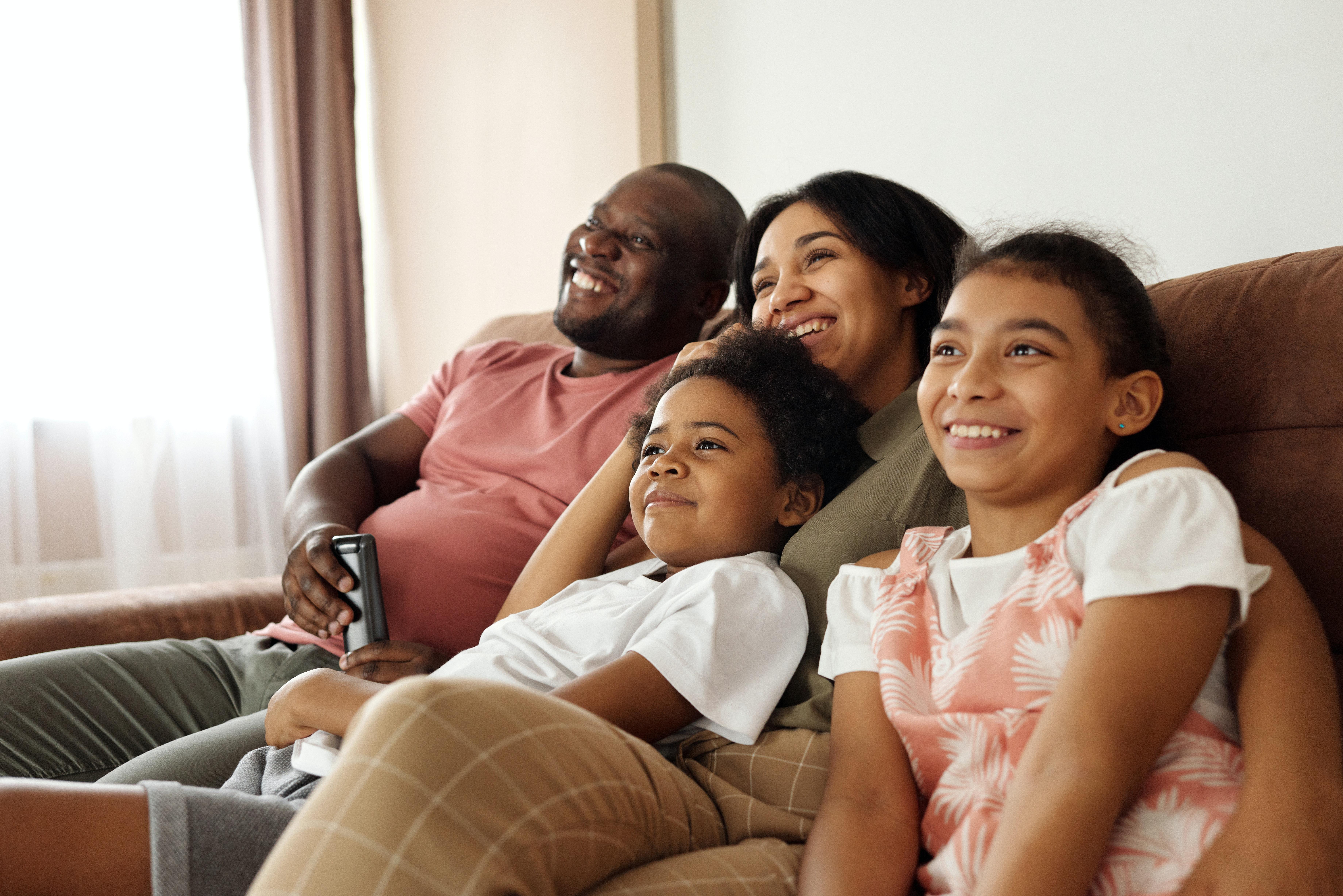 Kegiatan menonton film bersama keluarga