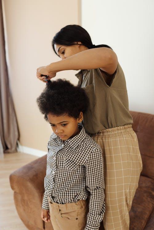 Foto profissional grátis de afro-americano, ajudando, bonitinho, cabelo