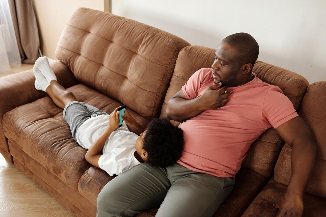Vader En Zoon Ontspannen Op Een Bank