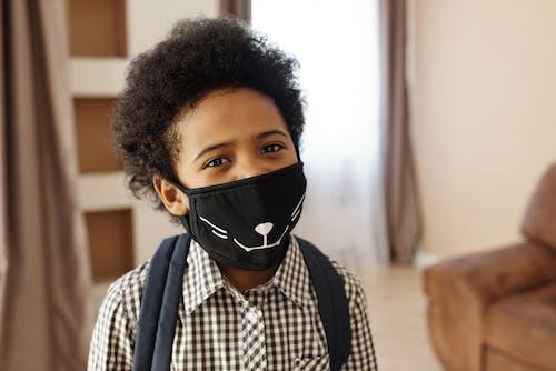 Ragazzino Che Indossa Una Maschera Per Il Viso Con Un Design