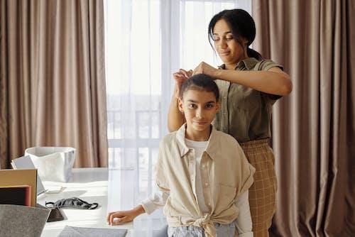 アフリカ系アメリカ人, アフリカ系アメリカ人の女の子, アフリカ系アメリカ人女性, インドアの無料の写真素材