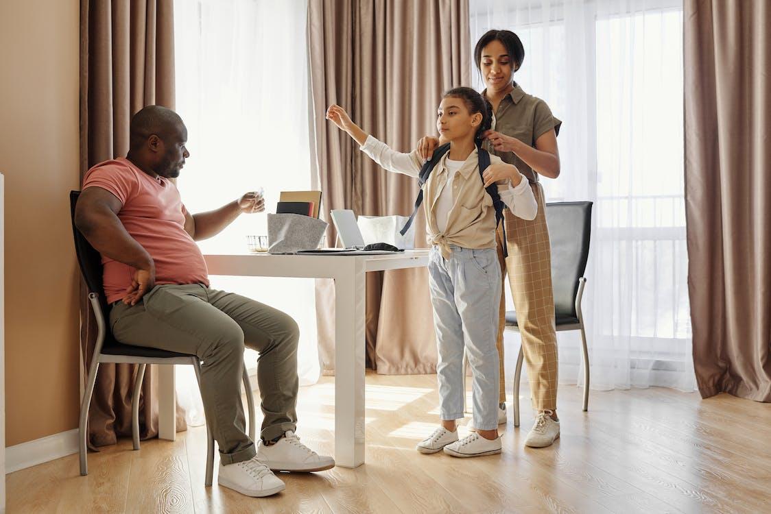 Ouders Die Hun Dochter Helpen Zich Voor Te Bereiden Op School