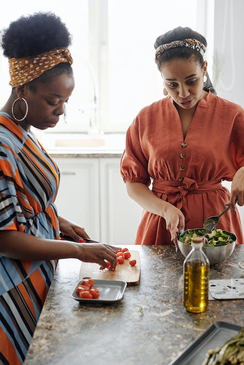 アフリカ系アメリカ人, インドア, オリーブオイル, キッチンカウンターの無料の写真素材
