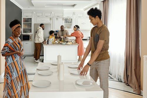 家庭餐桌擺晚飯