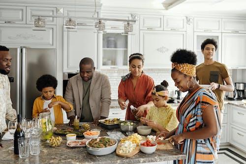 家庭在廚房裡做飯