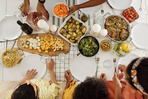 Mensen Rond Een Tafel Met Eten