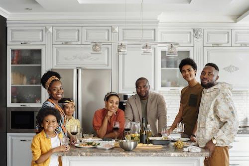 Familie Poseren Voor Een Foto In De Keuken