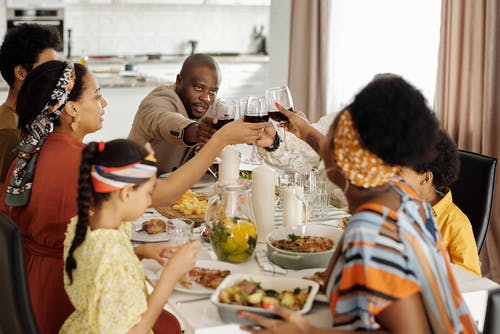 夕食を食べて祝う家族