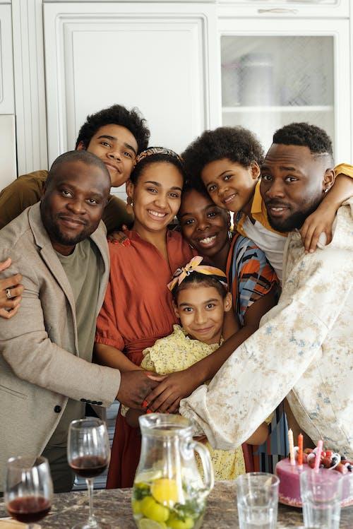 Kostenloses Stock Foto zu afroamerikaner, afroamerikanische frauen, afroamerikanische männer, alles gute zum geburtstag