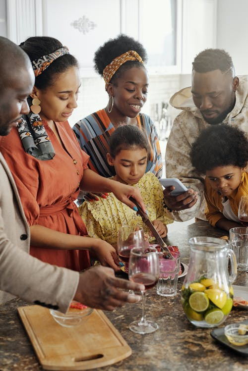 Kostenloses Stock Foto zu afroamerikaner, afroamerikanische frauen, afroamerikanische männer, drinnen
