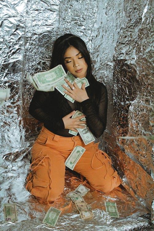 Základová fotografie zdarma na téma bankovka, bohatý, brunetka, chladný