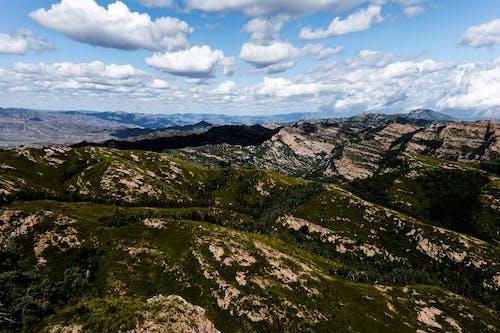 Gratis stockfoto met atmosferisch, bergbos, bergen, bewolkt