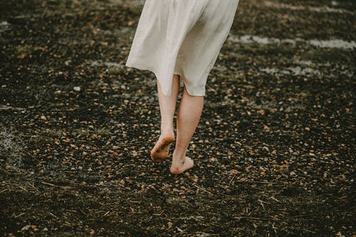 Fotobanka sbezplatnými fotkami na tému anonymný, biele šaty, Bosý