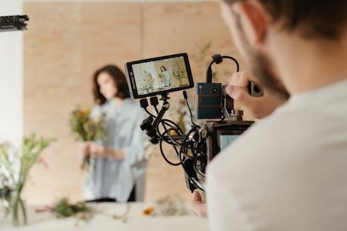 Ilmainen kuvapankkikuva tunnisteilla kameran mies, kameran varusteet, kasvikunta