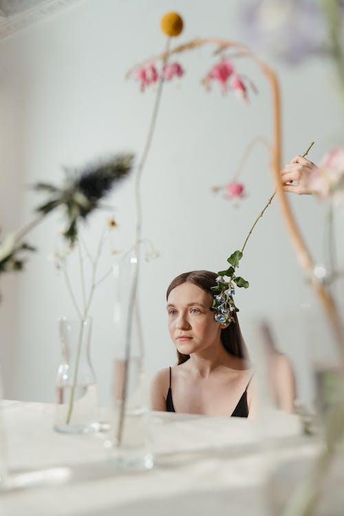 Foto profissional grátis de 20-25 anos de idade mulher, arte, baseado, botão