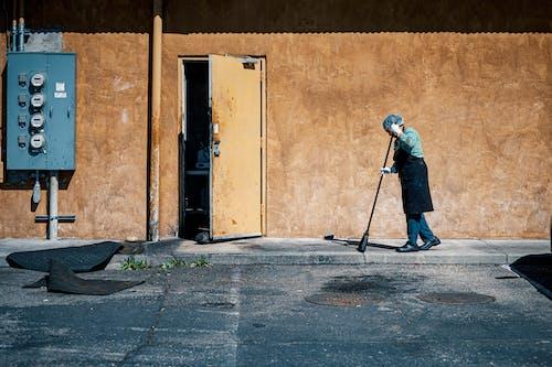 Ilmainen kuvapankkikuva tunnisteilla harja, henkilö, ihminen, jalkakäytävä