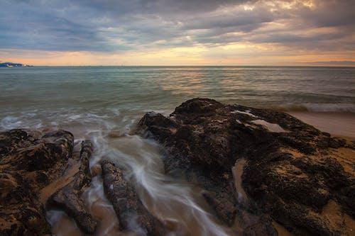 Безкоштовне стокове фото на тему «безтурботний, берег моря, вода, камені»