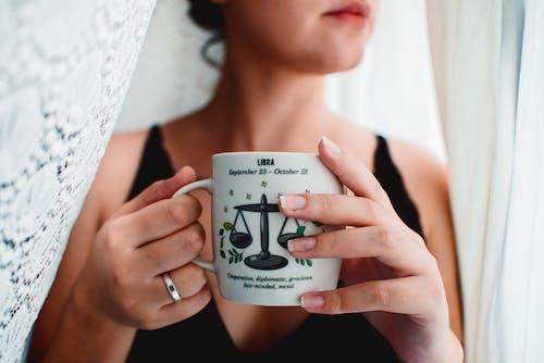 Darmowe zdjęcie z galerii z astrologia, dziewczyna, filiżanka kawy