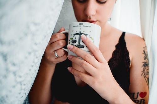Darmowe zdjęcie z galerii z dziewczyna, filiżanka kawy, kawa
