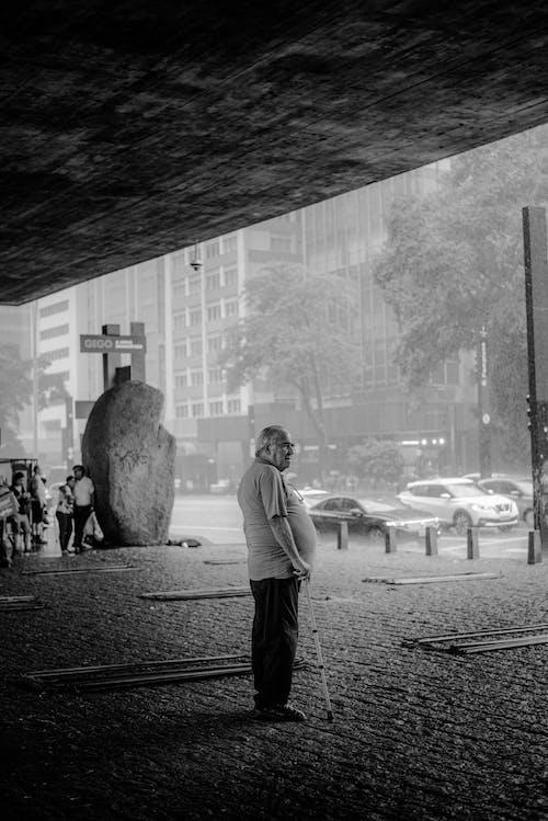 Darmowe zdjęcie z galerii z całe ciało, city street, czarno-biały