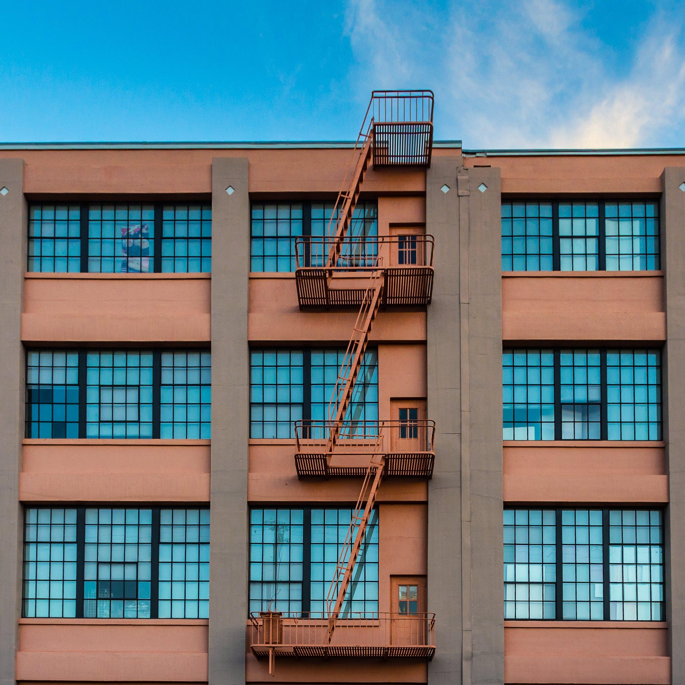 Kostenloses Stock Foto zu architektonisch, architektur, blau, blauer himmel