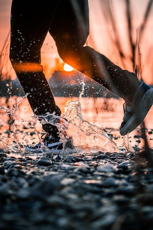Fotos de stock gratuitas de agua, al aire libre, calzado