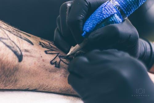 Foto stok gratis mesin tato, seniman tato, tato