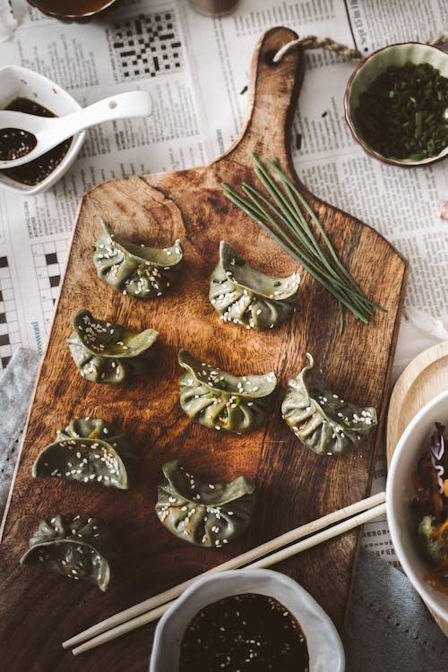 Foto profissional grátis de apresentação de alimentos, apresentação de pratos, bolinhos