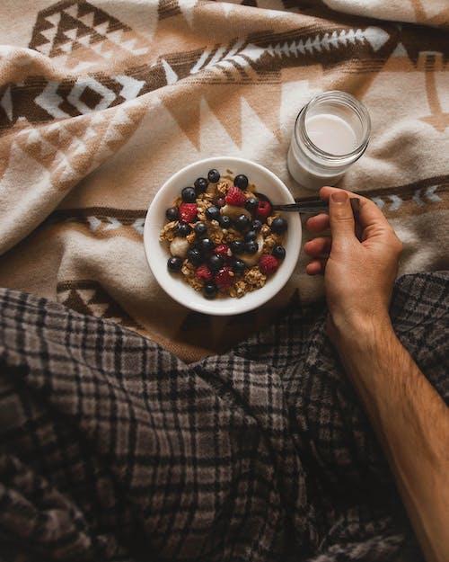 Δωρεάν στοκ φωτογραφιών με άνθρωπος, γάλα, γεύμα, γεύομαι