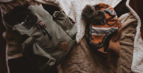 Gratis stockfoto met backpack, beanie, bovenaanzicht, gezellig