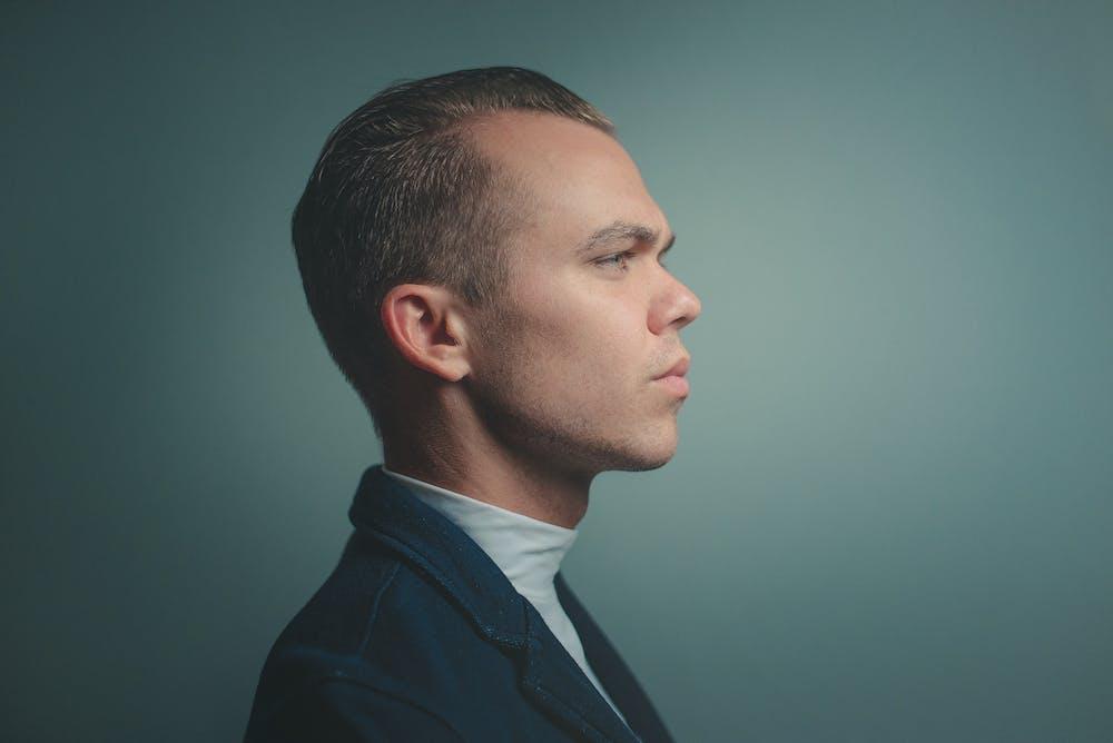 Man facing sideways. | Photo: Pexels